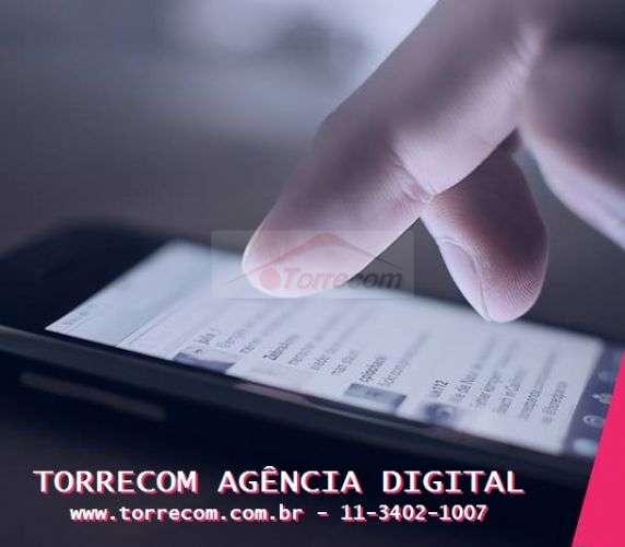 Corretores usando tecnologias digitais e ferramentas para venda de imóveis